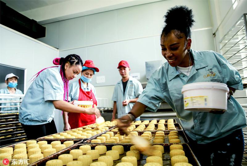 非洲友人学做月饼体验中国传统文化
