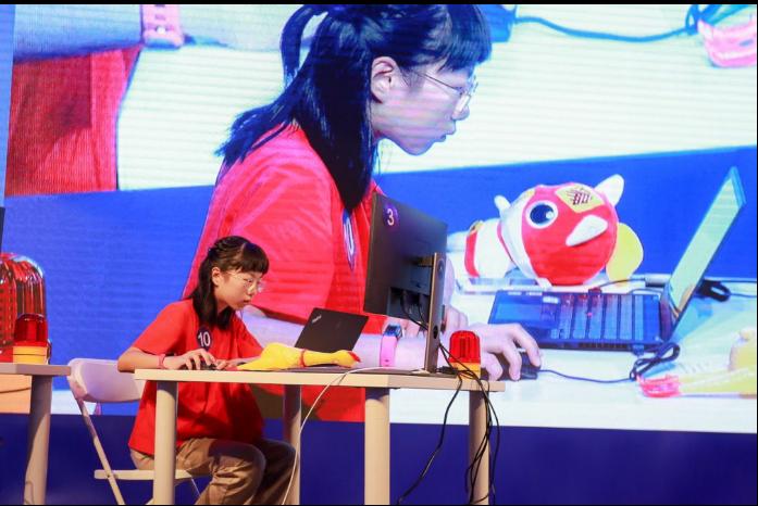 11岁天才编程少女获支付宝offer 成为比赛现场最年轻选手