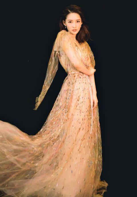 """李沁穿""""泼了颜料的长裙"""",像舞动的火花,美得让人移不开眼"""