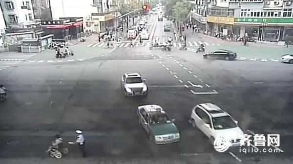 暖新闻   济南一名辅警护送开电动轮椅的行人过马路