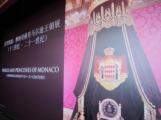 """模特大赛""""双冠王""""Tiger Qian参加晚宴,与摩纳哥王子合影"""