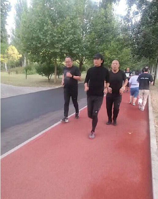 网友朝阳公园偶遇周润发晨跑 一身黑衣动作很潇洒