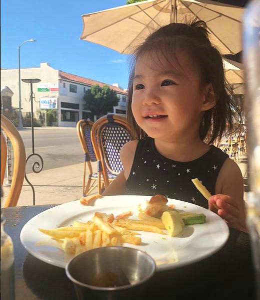 陈冠希晒女儿萌照 Alaia吃薯条小表情娇憨可爱