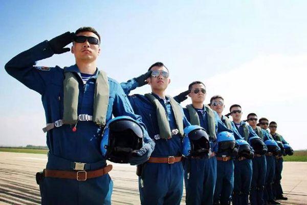 美媒:解放军海军全力招收飞行员
