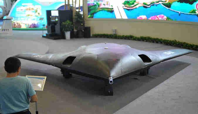 成都西博会开幕 隐身无人战斗机吸引参观者