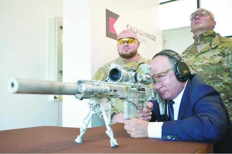 普京试射俄制新型狙击步枪 600米靶5发3中(图)