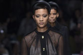 Prada米兰时装周,将黑丝穿在身上?