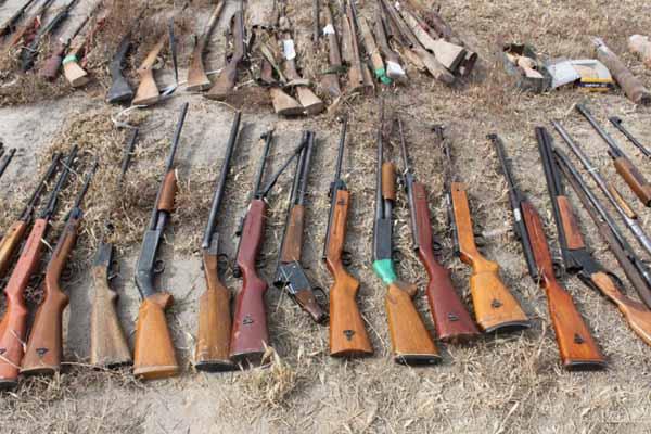 甘肃集中销毁非法枪爆物品 枪支近6000支