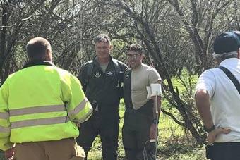 心真大!美军教练机坠毁 飞行员跳伞后嬉笑拍照