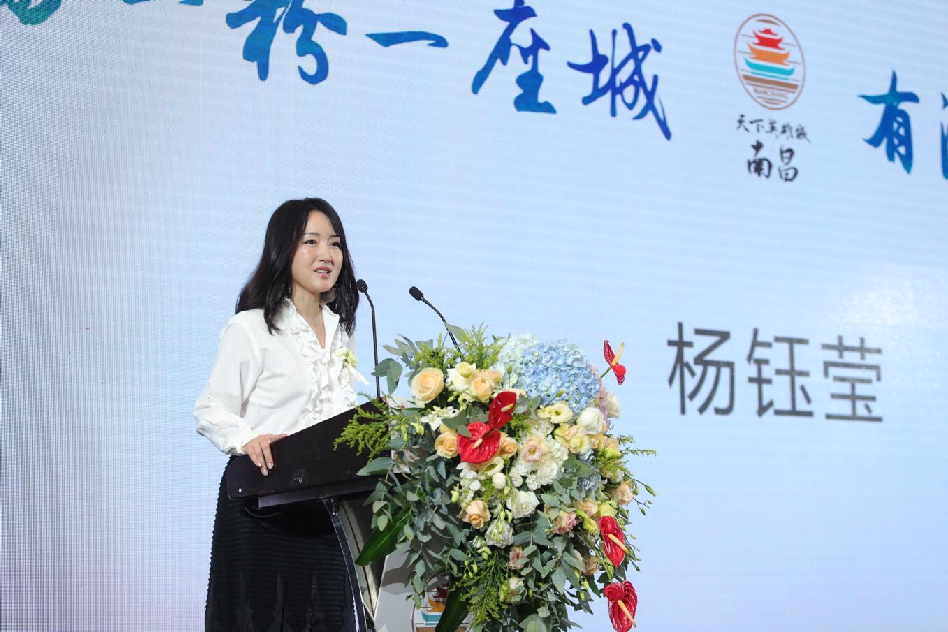杨钰莹现身活动推广家乡美食 白衣黑裙似少女