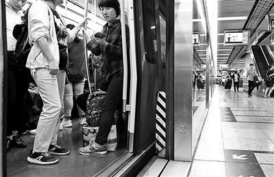 """屏蔽门""""防夹挡板""""京港地铁全线覆盖"""