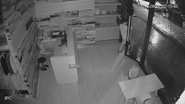 重庆男子钻玻璃门空隙进入店铺盗窃被抓:作案六起案值约十万