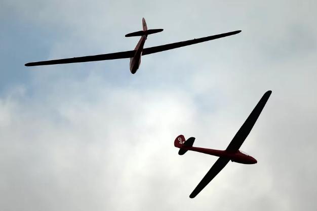 滑翔机利用AI像鸟一样学会用气流飞行