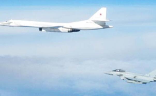 俄罗斯轰炸机逼近英国领空 英法战机紧急升空拦截