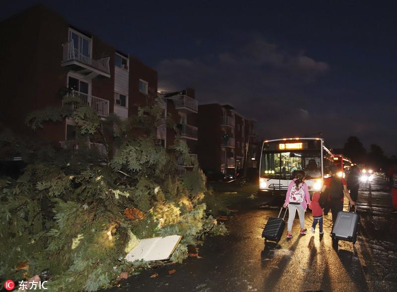 加拿大多地遭龙卷风袭击 房屋汽车被毁遍地狼藉
