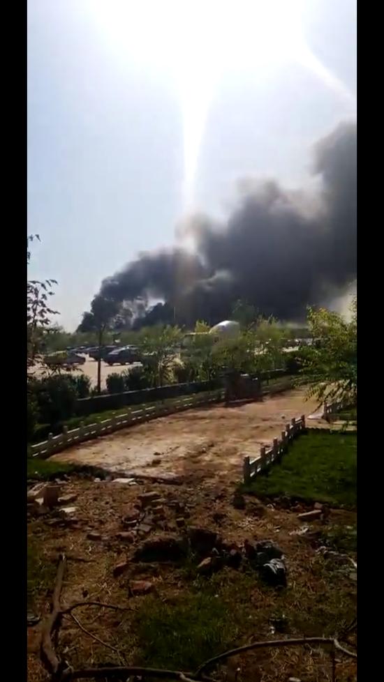 河北一游乐园飞机坠落引发地面着火现场浓烟滚滚