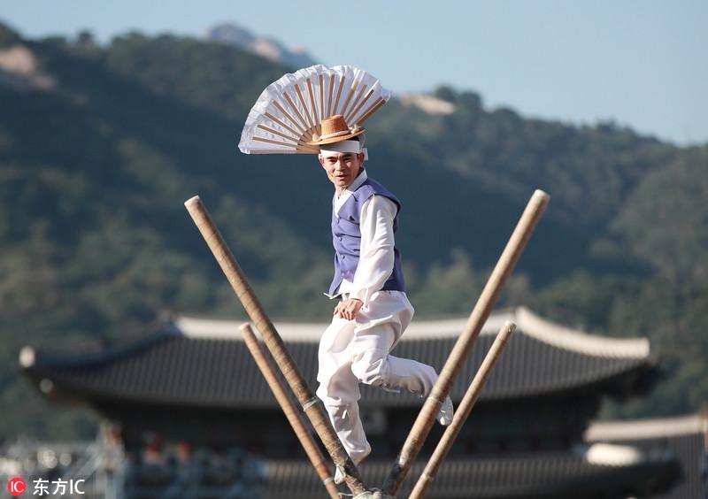 韩国举办民俗文化节迎中秋 男子高空走绳表演秀绝活