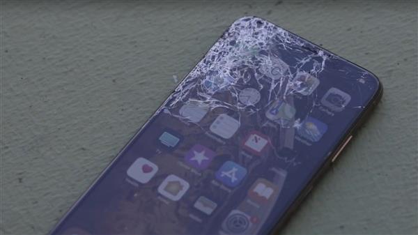 老外拿到iPhone XS直接开摔:果然比iPhone X耐摔