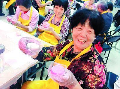 北京:歌舞度佳节?月色凝书香