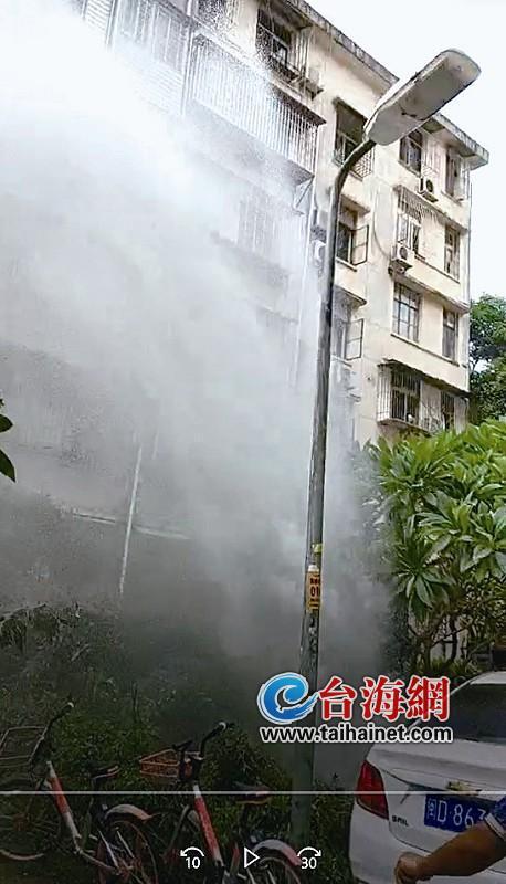 厦门思明槟榔西里路灯改造挖破水管 水喷了6楼高