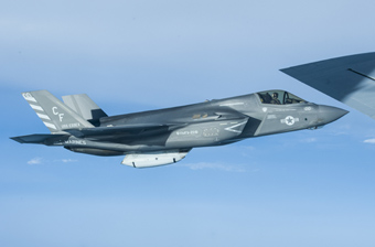 美军F-35B隐形机现身吉布提 挂载特制武器吊舱