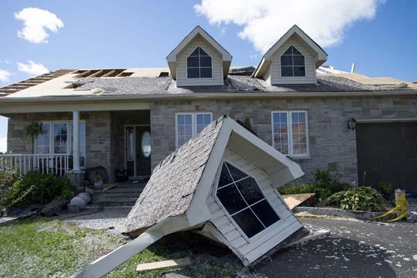 加拿大遭遇强龙卷风袭击 民房阁楼被连根刮倒一片狼藉