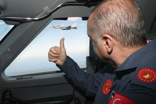 土耳其总统埃尔多安出席航展 空中点赞喷气战机