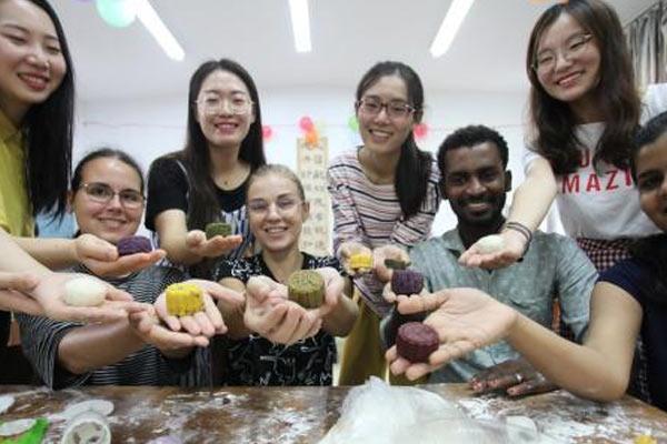 外国留学生自制月饼 体验中国传统中秋文化