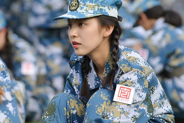南京:军训新生大秀一字马 清新靓丽萌翻天