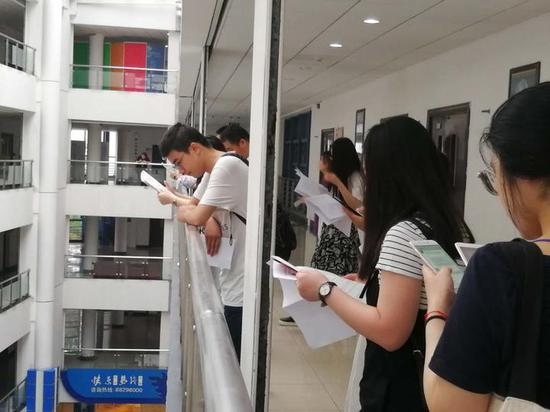 浙江1.8万人参加司法考试 配人脸识别仪3秒刷脸进场