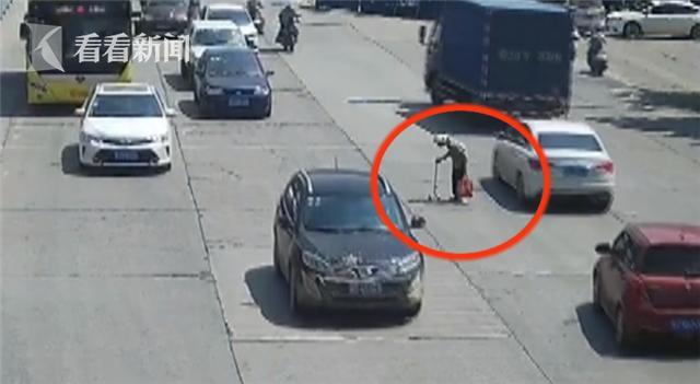 小伙逼停马路中汽车 只为车流中穿马路的老奶奶