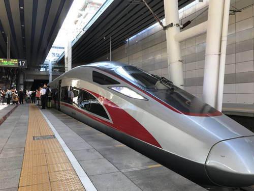 北京开往香港首趟高铁列车启程