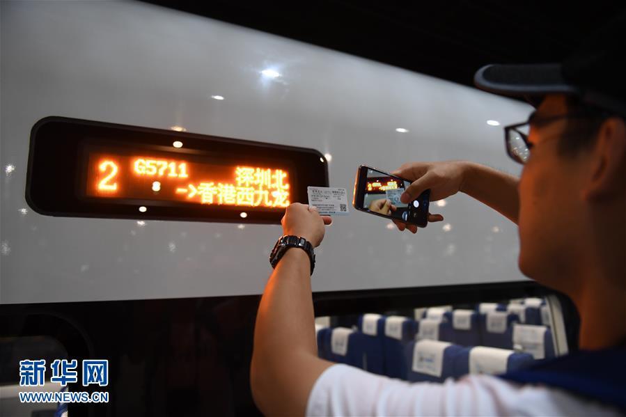 香港西九龙站迎来首列抵达的高铁列车