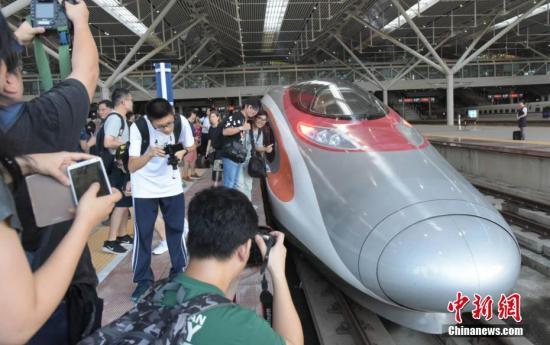 """离港旅客期待高铁""""初体验"""":参与历史时刻很幸运"""
