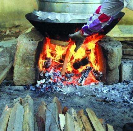铁锅被贴封条,不准农村烧柴做饭?环保部门辟谣