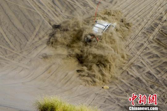新疆精河首届木特塔尔沙漠文化旅游节开幕 百余车鏖战瀚海