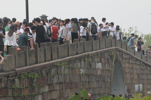 中秋小长假 杭州西湖断桥人潮汹涌