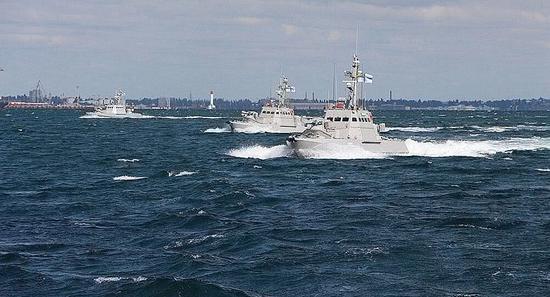 乌克兰两艘军舰通过刻赤海峡 前往克里米亚方向