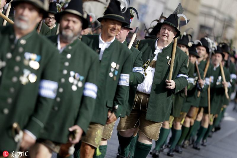 德国庆祝第185届慕尼黑啤酒节 民众盛装参加游行