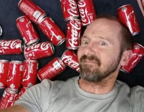 国外大叔每天喝10罐可乐,一个月后变成了这样!