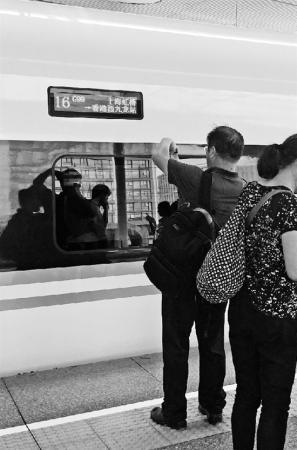 """杭州到香港高铁首发 61位乘客喝了""""头口水"""""""