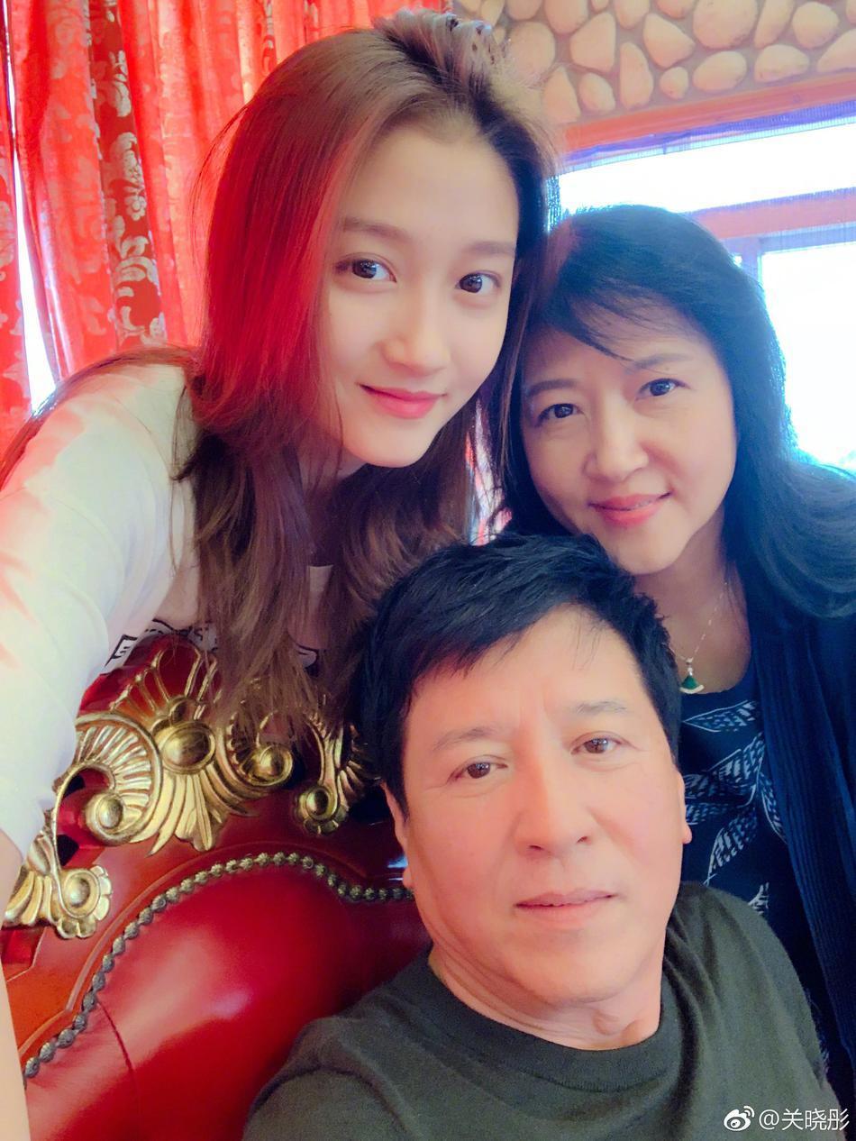 关晓彤和父母过中秋节 一家三口亲密合影很温馨