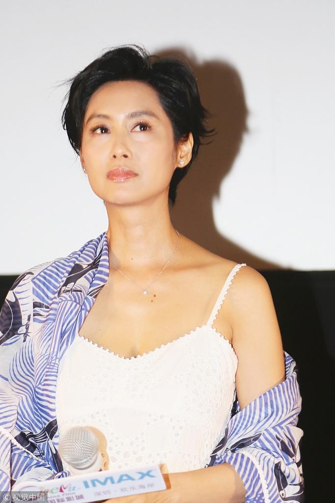 47岁朱茵穿白色吊带裙露香肩 性感撩人