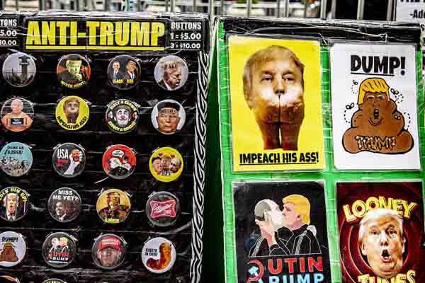 """纽约民众举行反特朗普活动 在街头出售""""特朗普小丑""""徽章"""