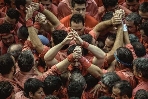 巴塞罗那庆祝圣梅尔塞节 上演惊险叠人塔活动