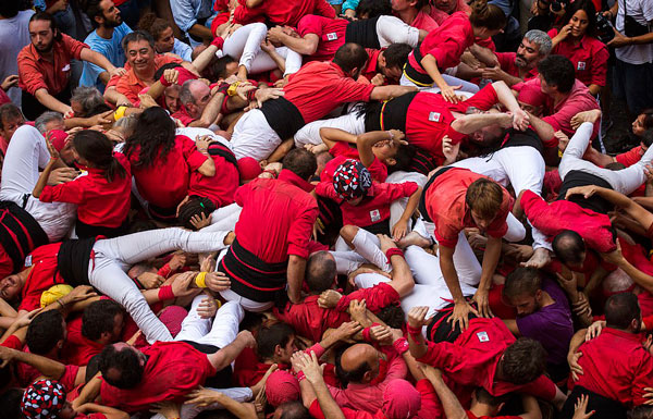 """惊险!西班牙年度庆典""""人塔""""坍塌致多人受伤"""