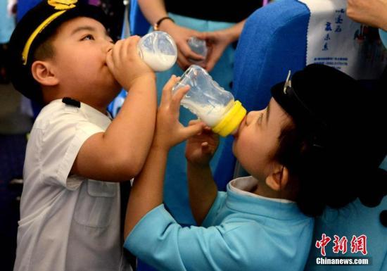 卫健委:青少年应每天摄入300克奶 小学生要睡够10小时