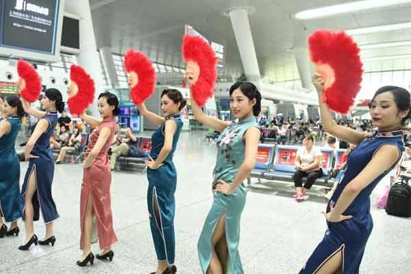 杭州高铁站内美女着旗袍装玩穿越快闪
