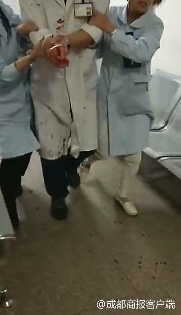 四川老人在医院持刀砍伤医生手臂 已被警方带走