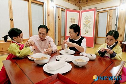 李明博中秋可以吃饼干喝橙汁 拘留所:过节福利